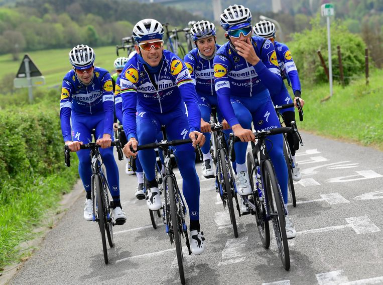 Philippe Gilbert (vooraan links) en Julian Alaphilippe verkennen La Redoute met Deceuninck-QuickStep. Beeld Photo News