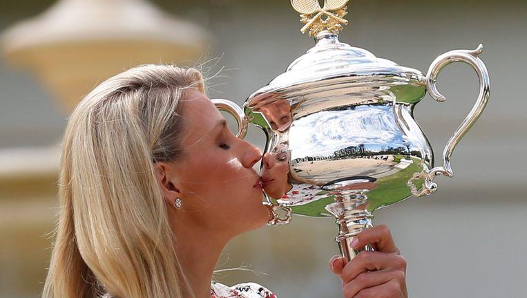 Angelique Kerber kust de Australian Open-trofee. Beeld EPA
