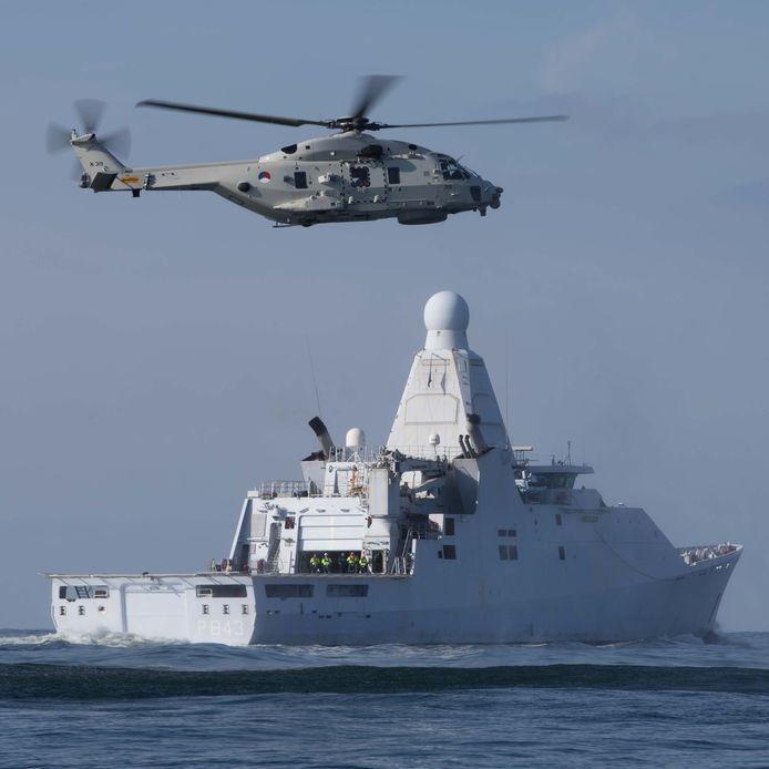 Een NH90 oefent hier, op archiefbeeld, een aantal deklandingen op het helidek van Zr.Ms. Groningen. Zondagmiddag ging het mis voor de kust van Aruba toen de NH90 vlakbij het moederschip was.