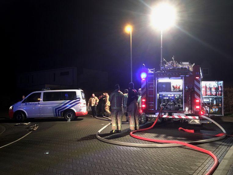 De brandweer kon de bewoners tijdig uit de woning redden. De brand was snel onder controle maar zorgde voor heel wat brand- en rookschade.