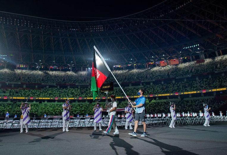De Afghaanse vlag tijdens de openingsceremonie in Tokio. Beeld AP