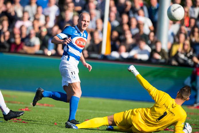 Nick de Bondt schiet net naast in de derby tussen Spakenburg en IJsselmeervogels, vorig seizoen.