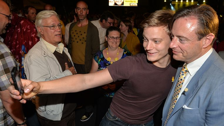 Ook op het partijfeest in Hoboken werd De Wever als een held onthaald en werden gretig selfies gemaakt. Beeld BELGA