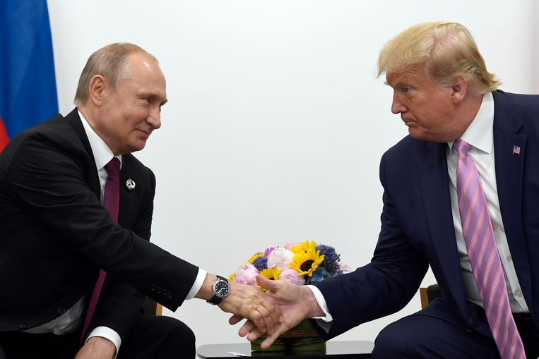 President Trump schudt de hand van Vladimir Poetin. Beeld AP