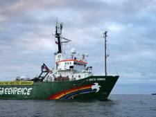 Schip Greenpeace versleept naar Moermansk