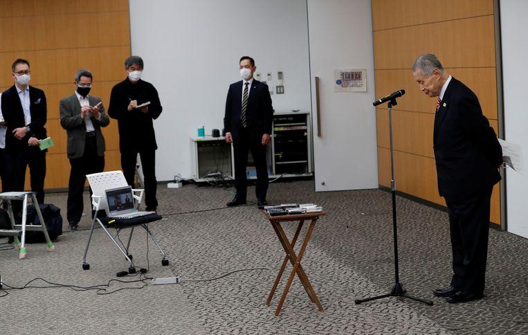 Voorzitter Yoshiro Mori betuigt spijt tijdens een persconferentie.  Beeld Reuters