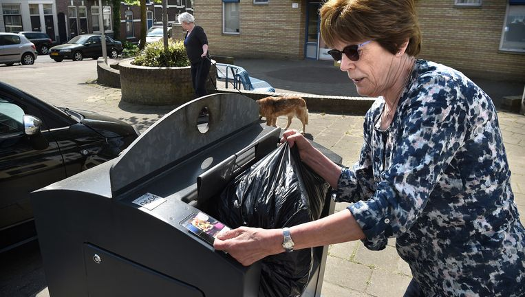 Arnhemse afvalcontainer die met een pas moet worden geopend. Beeld Marcel van den Bergh