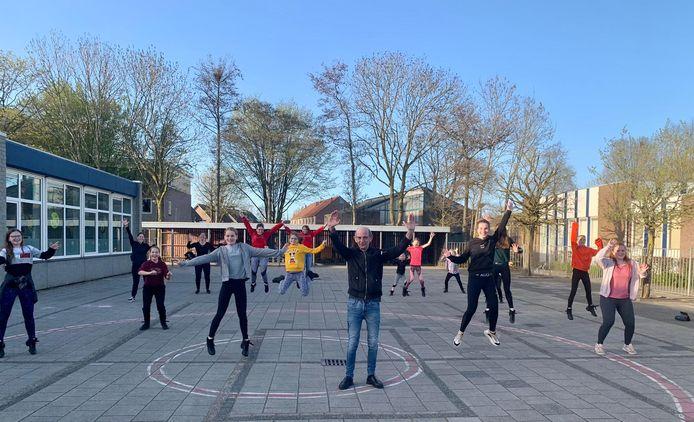 Frans van de Wiel met de Jump Dance Factory, die wekelijks in De Schelf bijeen komt