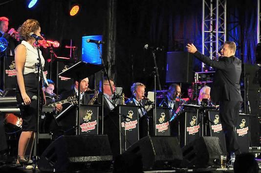 Drukke zomer voor Valley Sound Big Band met rechts dirigent Peter Bogers