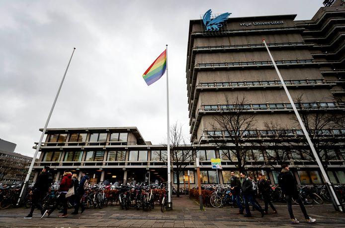 Een regenboogvlag bij het gebouw van de Vrije Universiteit Amsterdam.