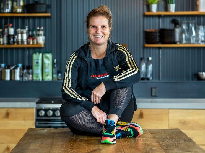 Janneke Pieterson (48) begon in 2017 de Sportkeuken in Bunnik. Janneke is sport diëtist en werkt als chef-kok voor topsporters.
