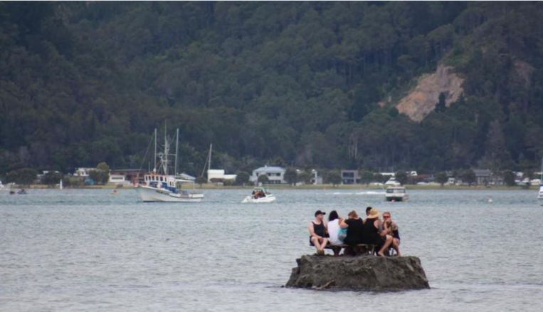 """In """"internationale wateren"""" genoot het groepje Nieuw-Zeelanders van een paar lekker koele biertjes om nieuwjaarsdag te vieren."""