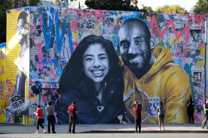 Kobe Bryant en dochter Gianna sieren een muur in Los Angeles.