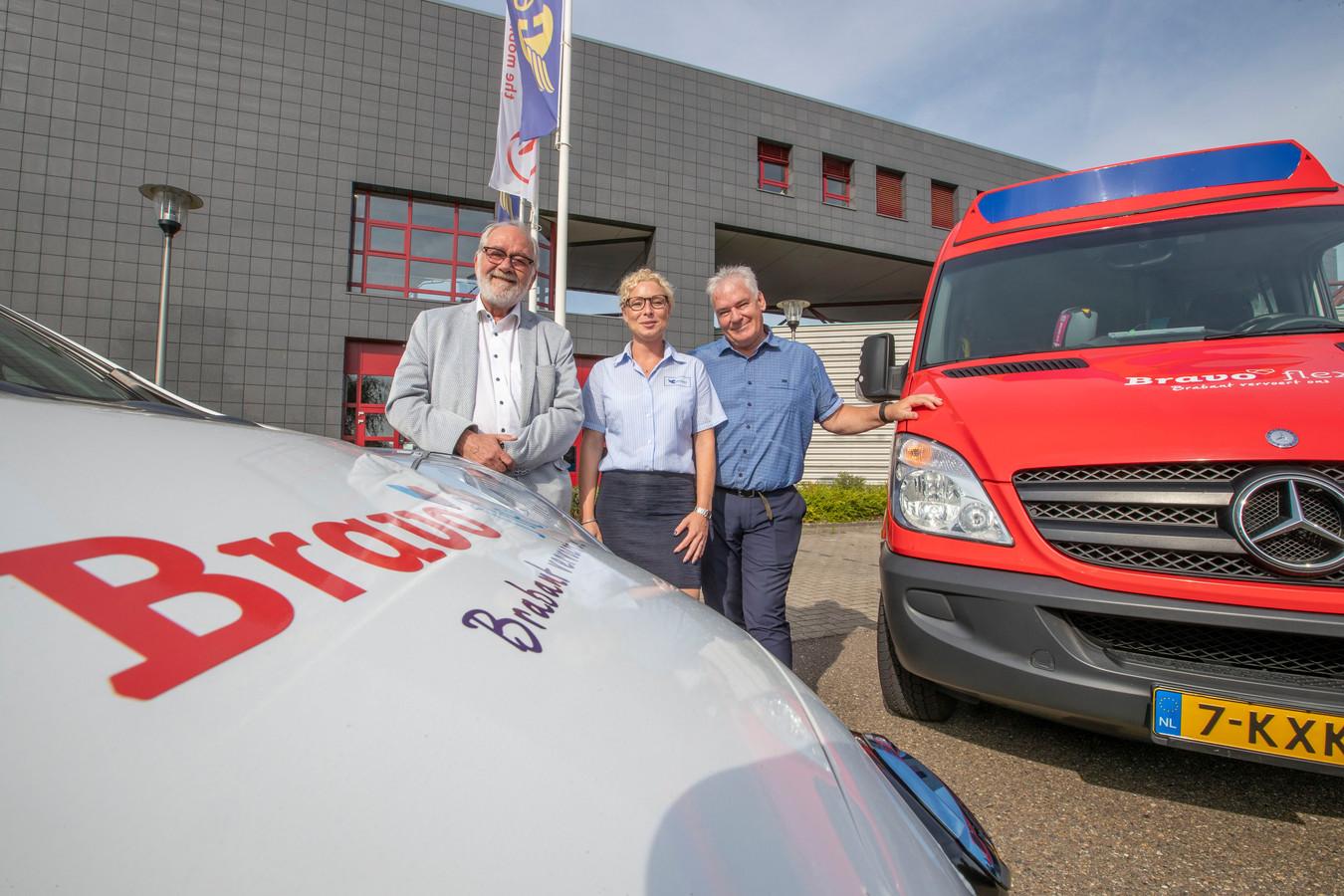 V.l.n.r: Hermes-woordvoerder Hans Spek, chauffeur Lea Schapendonk en rayonmanager Theo Duivesteijn.