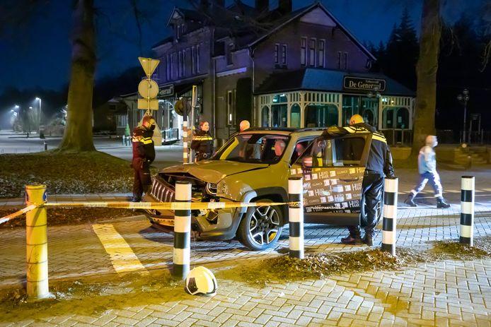 Een Jeep ramde vrijdagnacht in Baarn een trein. De spoorbomen waren op dat moment dicht.