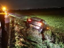Auto belandt in de sloot in Lithoijen, bestuurster ongedeerd