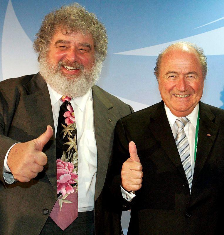 Sepp Blatter, rechts, met Chuck Blazer, de FIFA-klokkenluider die heeft toegegeven dat er corruptie heerste binnen de wereldvoetbalbond. De foto is uit 2005. Beeld EPA