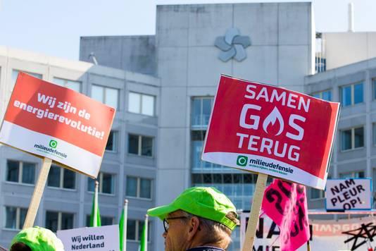 Demonstranten tegen de winning van aardgas en aardolie bij het hoofdkantoor van de NAM protesteerden eerder tegen gevolgen van de gaswinning en de aardbevingen.