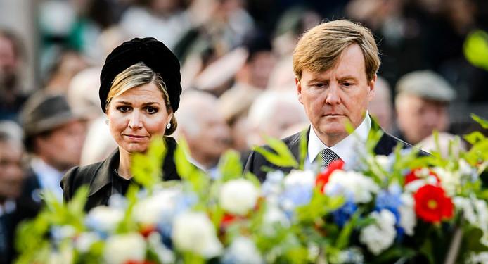 Koning Willem-Alexander en koningin Maxima leggen een krans bij het Nationaal Monument op de Dam tijdens de dodenherdenking vorig jaar.