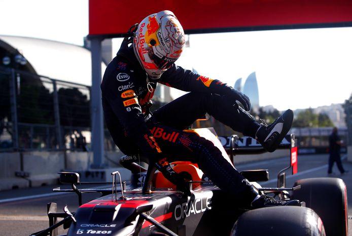 Max Verstappen springt uit zijn auto na de kwalificatie.