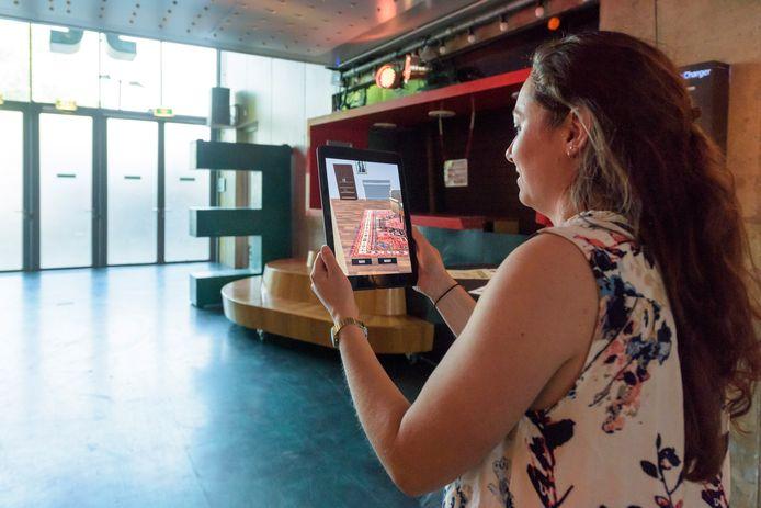 De escape room in de Effenaar; een mix van de echte en een virtuele werkelijkheid. Met behulp van een iPad moeten deelnemers hun weg naar buiten zien te vinden.