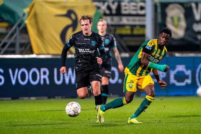 Jamal Amofa blijft de RKC'er Thijs Oosting met een uiterste krachtsinspanning voor.