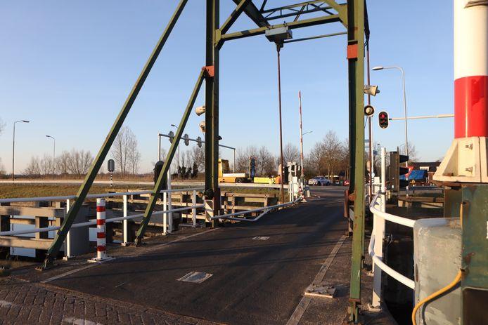 Tijdens zwaar ongeval op N279 rijdt een andere automobilist een balustrade op de Keldonkse brug omver.