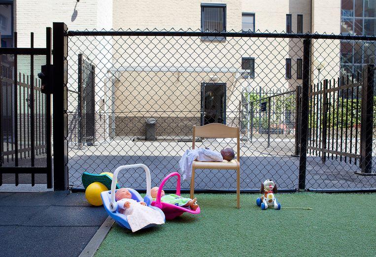 Achtergelaten poppen in de kinderopvang. Hier kunnen de kinderen van de migranten terecht tijdens gesprekken in aanmeldcentra. Beeld Io Cooman