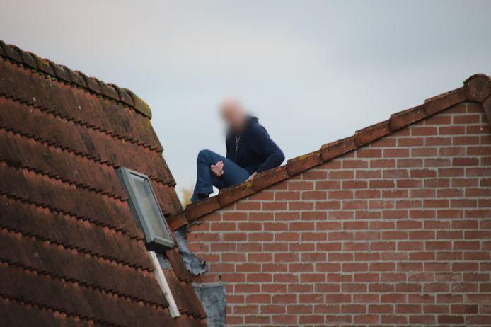 De man heeft meer dan drie uur op het dak gezeten.