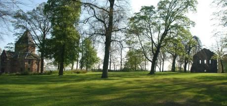 Mishandelde man in Valkhofpark op klaarlichte dag 'zonder reden aangevallen door onbekende'