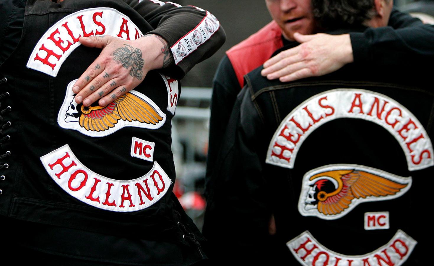Leden van motorclub Hells Angels omhelzen elkaar.
