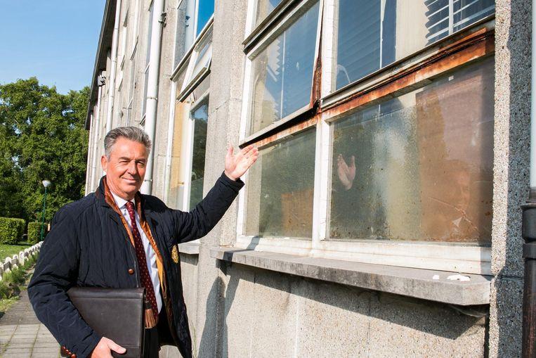 Directeur Guy Van Lancker toont hoe sommige ramen gewoon niet meer dicht kunnen.