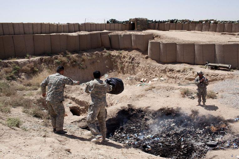 Op legerbases in Afghanistan werden militairen blootgesteld aan giftige rook uit afvalverbrandingskuilen in de openlucht. Beeld Corbis via Getty Images