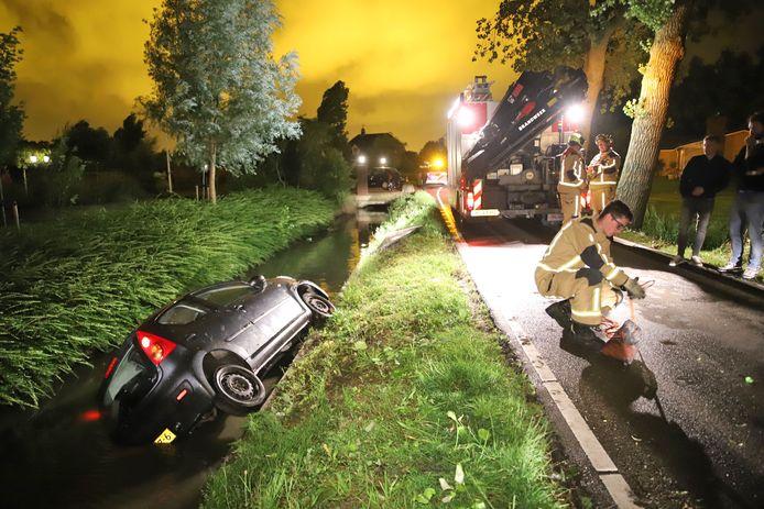 Op de Burgerdijkseweg in De Lier is vannacht een auto het water ingereden.