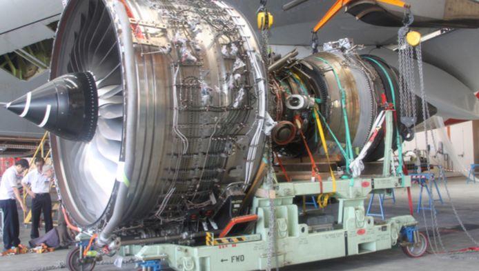De zwaar beschadigde A380-motor wordt in Singapore onder de loep genomen.