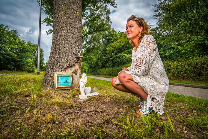 Joanne Nep - Van de Maat bij bermmonument van haar verongelukte man in 2017 aan de Hexelseweg