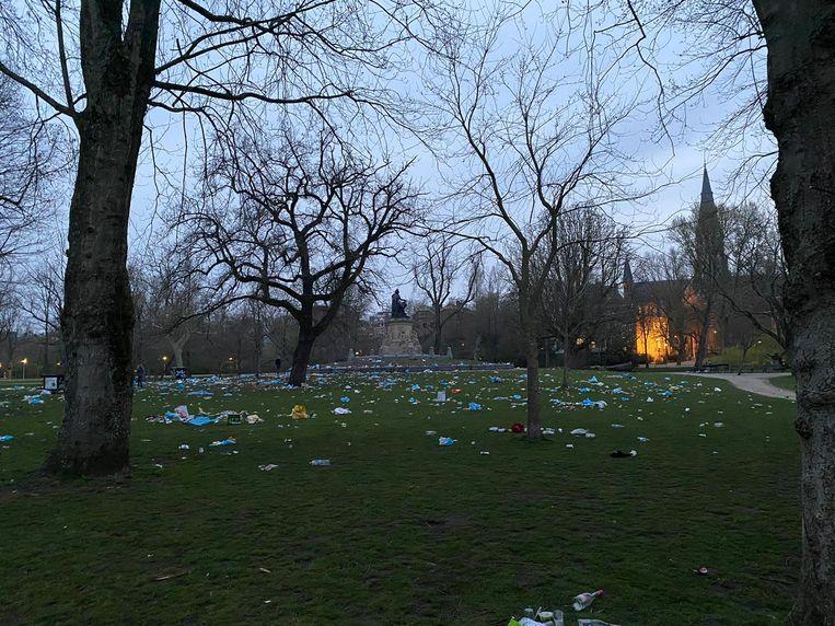 In het Vondelpark werd veel troep achtergelaten. Beeld Het Parool