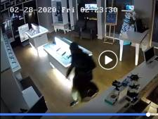 Telefoonwinkel Velp voor tweede keer dupe van inbraak: 'Schade veel groter dan de buit'