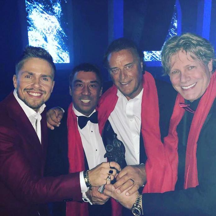 Edwin van Hoevelaak (rechts) en André Hazes jr. (rechts) wonnen maandag de Edison voor beste album in de categorie 'Hollands'