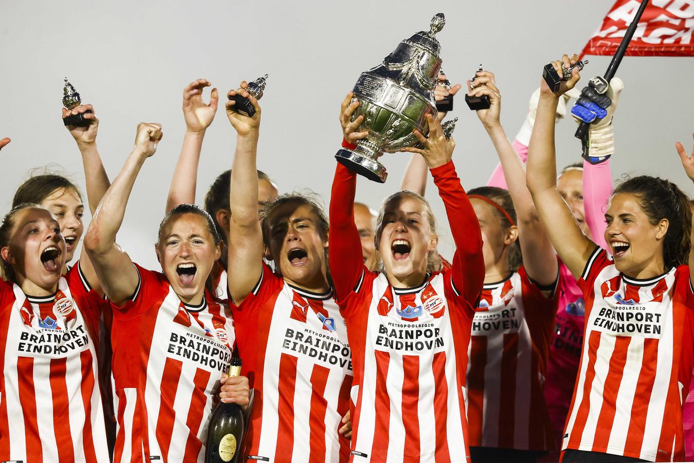 De speelsters van PSV juichen na het winnen van de TOTO KNVB Bekerfinale.