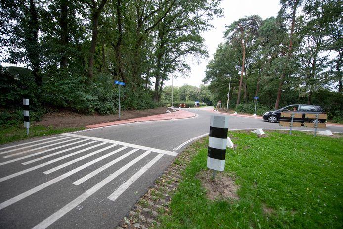 De kruising bij de Oude Deventerweg - Jeurlinksweg vlakbij de Algemene Nieuwe Begraafplaats Holten is vernieuwd. Het moet een stuk veiliger worden.
