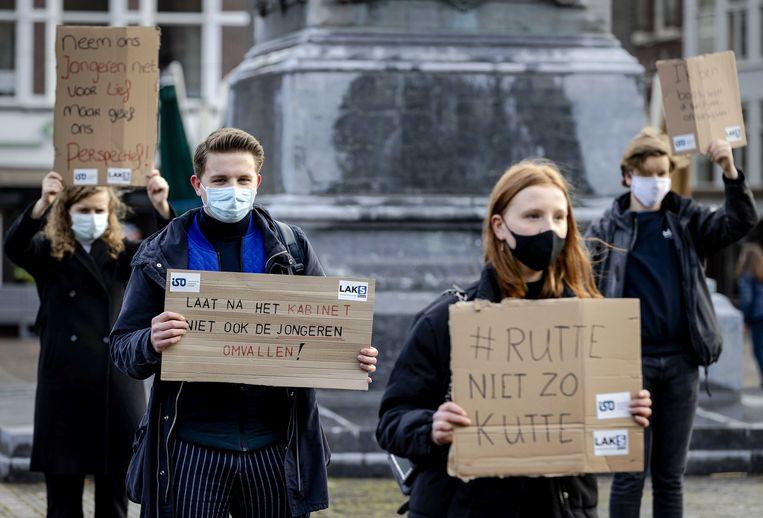 Scholieren en studenten vragen op het Plein in Den Haag aandacht voor de heropening van de scholen.  Beeld ANP