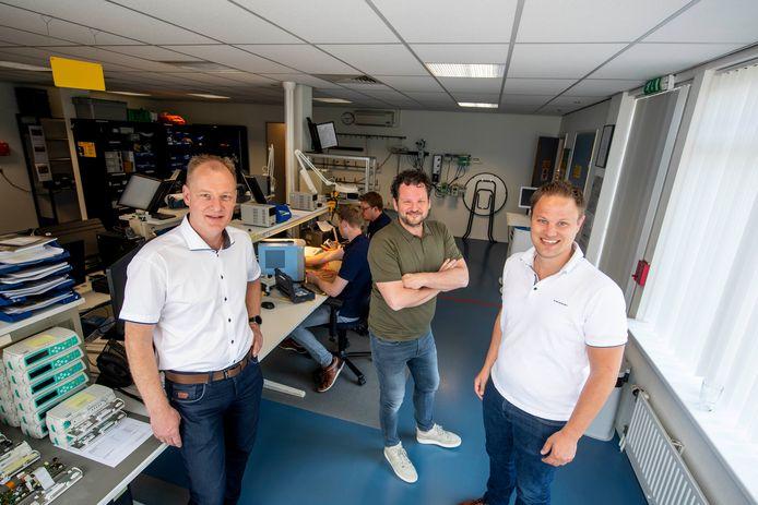 De drie werknemers Gerald Zweers, Ronald ten Bos en Nick Budel (v.l.n.r.) nemen het bedrijf Logic Medical over.