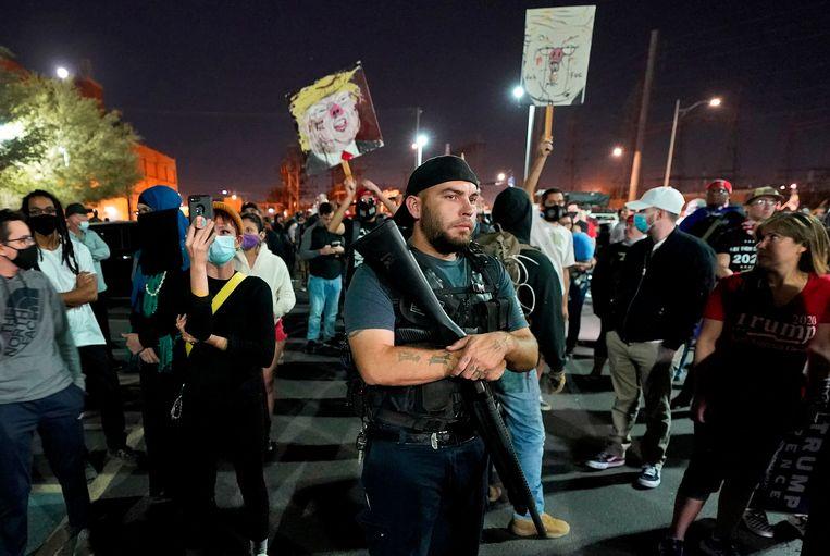 In Maricopa County wordt gedemonstreerd door aanhangers van Trump die het niet eens zijn met de eerste uitslagen die zijn binnengekomen. Beeld AP