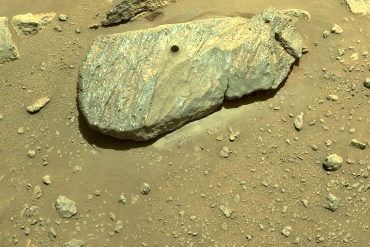 Het robotwagentje Perseverance liet een duidelijk boorgat achter in dit rotsblok op Mars. Beeld AP