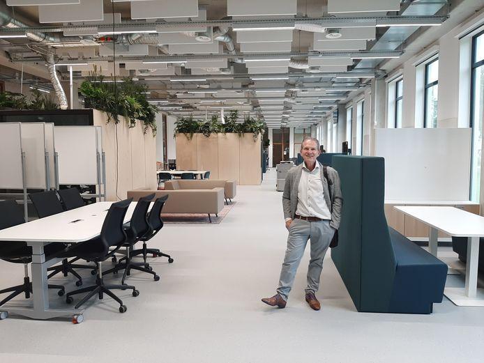 Directeur Ad Vissers van Fontys ICT in een van de  'open labs' in nieuwbouw R10 op de campus aan de Rachelsmolen in Eindhoven.