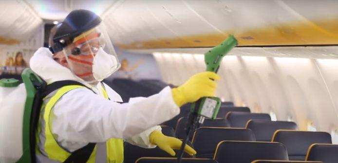 Toutes les surfaces intérieures des avions Ryanair sont désinfectées chaque nuit avec des produits chimiques efficaces pendant plus de 24 heures, selon la compagnie