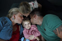 Hailey (3) met zus Kensie, vader Silvester en moeder Melanie.
