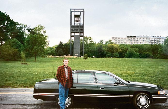 Joost Eijsbouts voor de toren van The Netherlands Carillion in 1995.