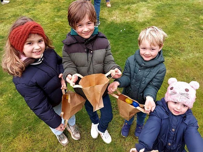 Elodie (9), Lowis (7,5), Charles (5) en Alice (2,5) amuseerden zich rot tijdens de paaseierenzoektocht.